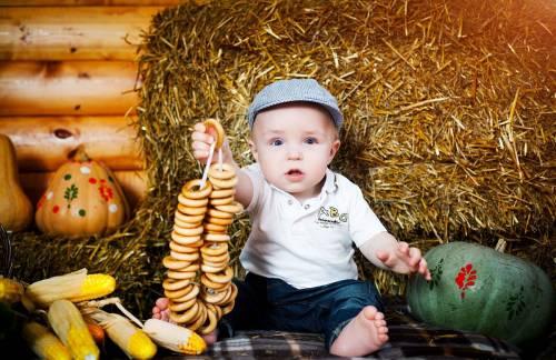 Мальчик в желтой кепке с бабочкой