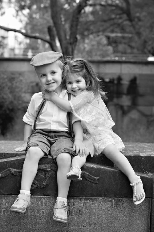 мальчик с девочкой обнимаются фото