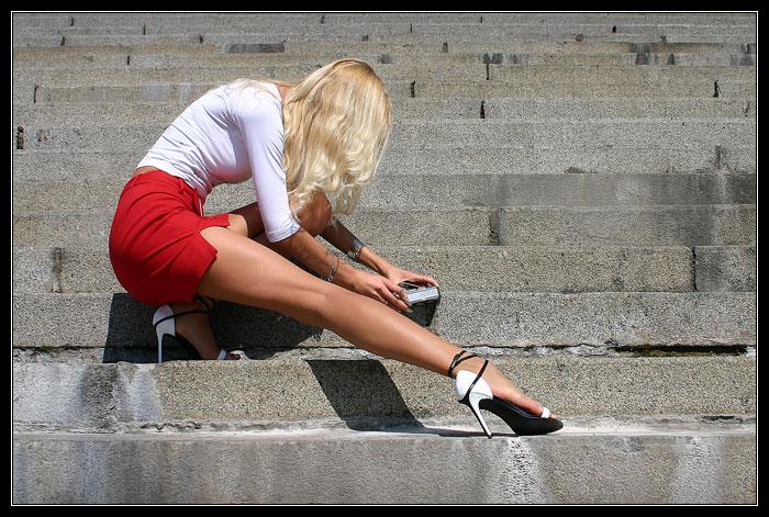Блондинка в мини юбке фото