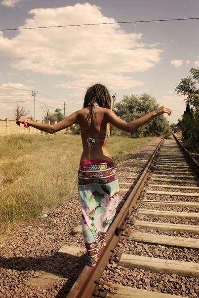 Фото картинки идущая девушка