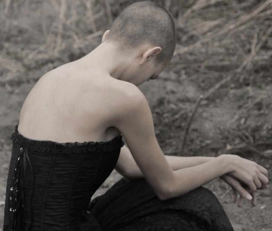 картинка девушка сидит спиной