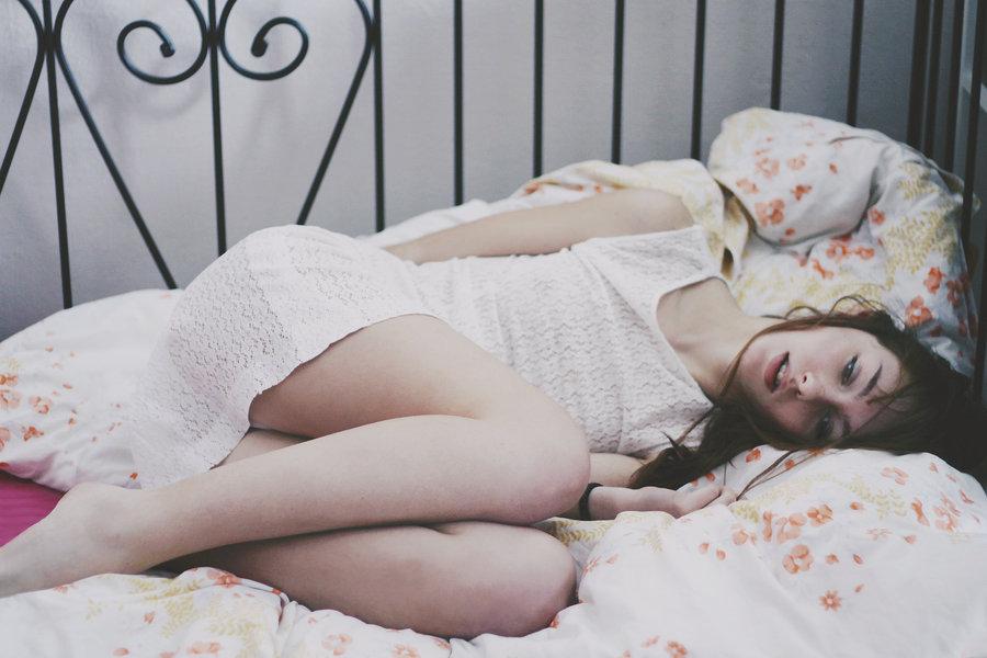 Фото грустная девушка в постели 23 фотография