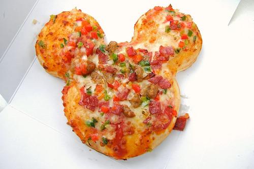 Пицца в форме головы Микки Мауса