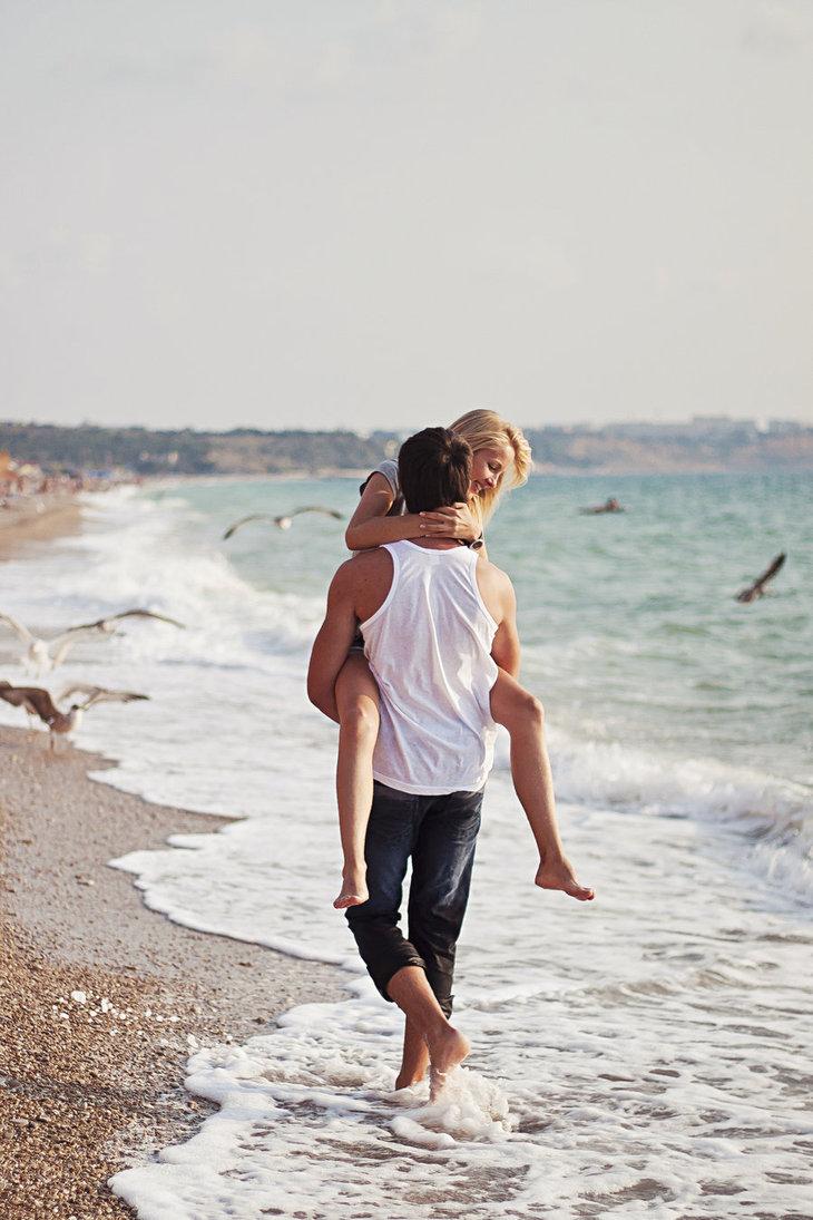Картинка девушки и парня на берегу моря