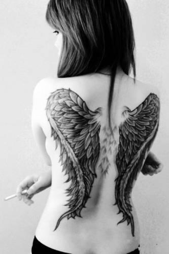 Тату крылья ангела на спине девушки с