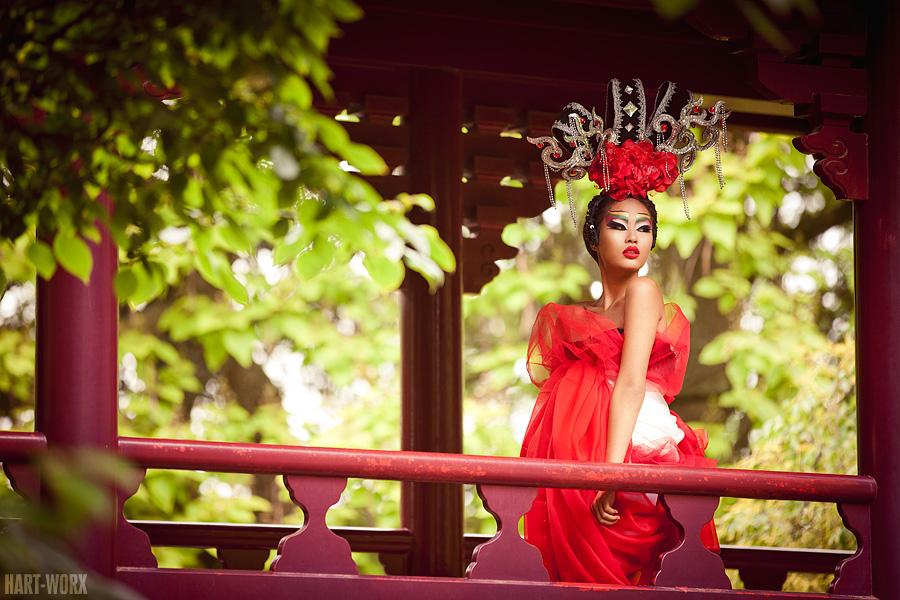красивая японская девушка в красном