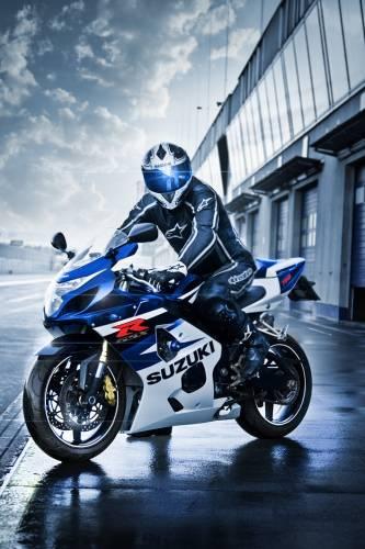 парни на спортивном мотоцикле