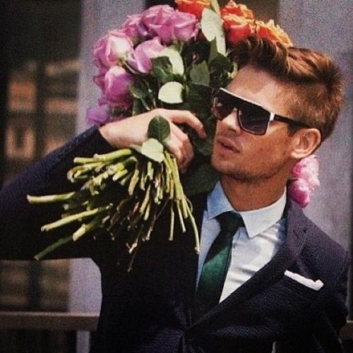 Фото красивый мужчина с букетом цветов